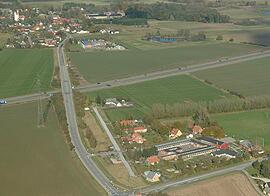 Kværkeby skole med byen i baggrunden
