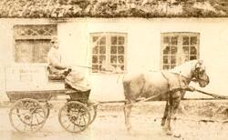 Slagter Frits Mortensen med sin slagtervogn